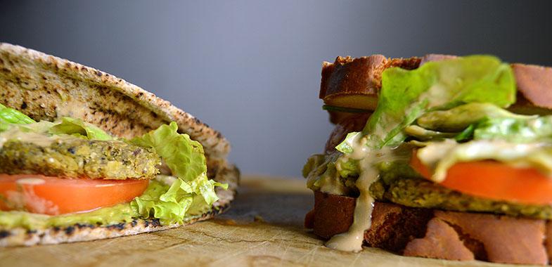 Hambúrguer de Falafel Sem Glúten com Maionese de Tahini e Creme de Abacate