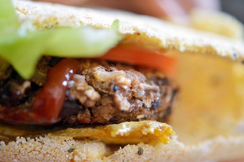 Hambúrguer de feijão preto na tapioca