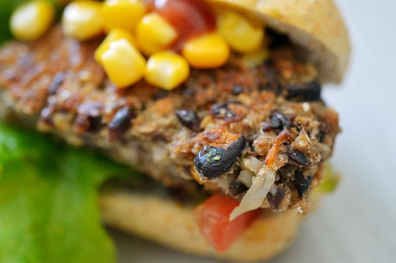 Hambúrguer de feijão preto e batata-doce no pão francÊs